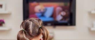 Ребенок возле телевизора
