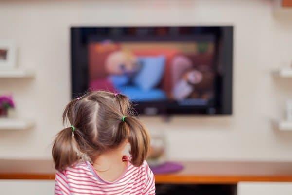 Barn nära TV: n