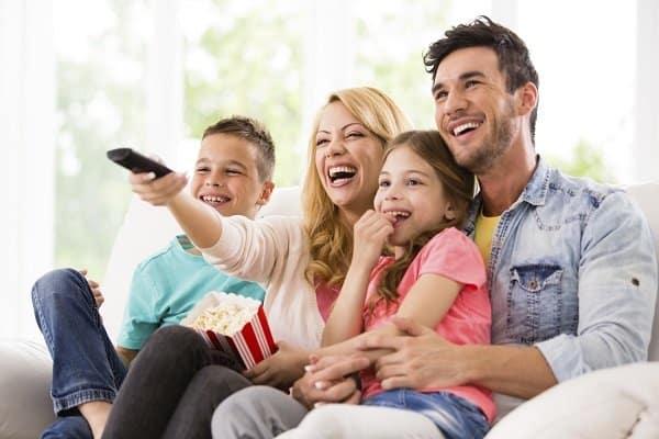 Familjen tittar på tv