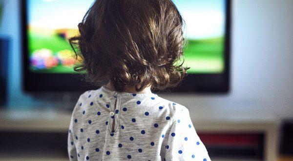 Ребенок смотрит канал