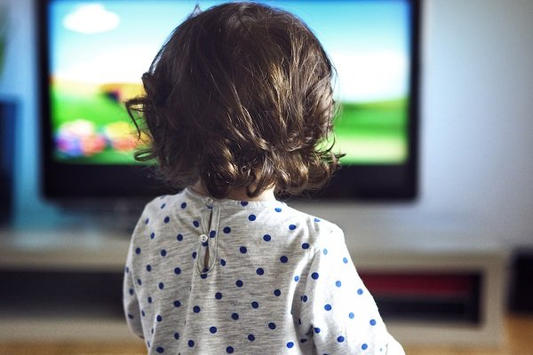 Çocuk kanalı izliyor