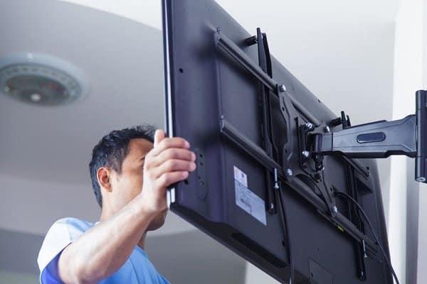 Come appendere una TV al muro
