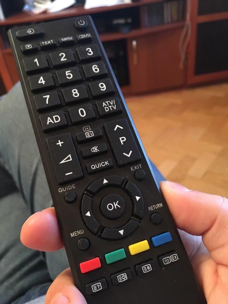 როგორ იპოვოთ, დაიშალოთ და დააყენოთ თქვენი Toshiba TV დისტანციური მართვა